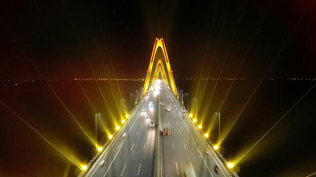 """Hệ thống đèn chiếu sáng cầu Nhật Tân - """"Bữa tiệc ánh sáng"""" giữa Hà Nội - Ảnh 1"""