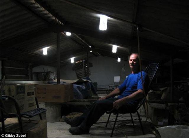 Làm đèn bằng chai nước thắp sáng cho người nghèo - Ảnh 1