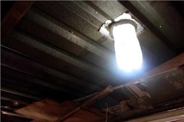 Làm đèn bằng chai nước thắp sáng cho người nghèo - Ảnh 2
