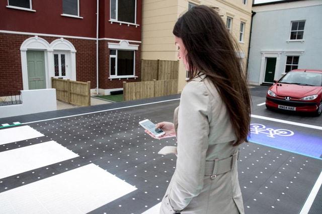 Mặt đường gắn đèn LED giúp người đi bộ an toàn hơn - Ảnh 1