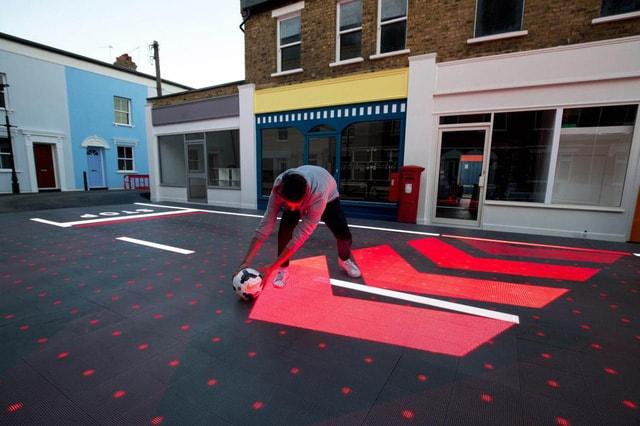 Mặt đường gắn đèn LED giúp người đi bộ an toàn hơn - Ảnh 2